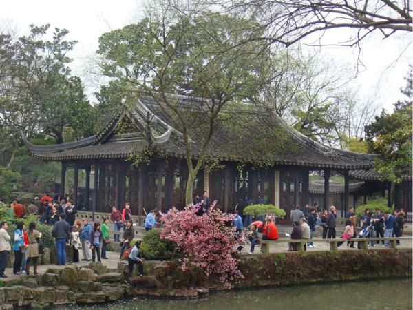 拙政园中部景区的主体建筑:远香堂